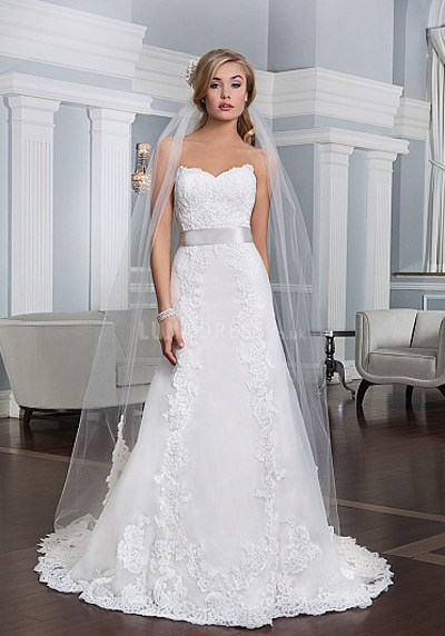 Flattering wedding dress styles for petite brides for Wedding dresses for small women